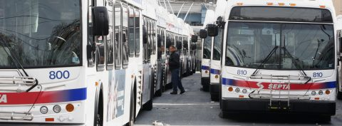 EE.UU. refuerza las regulaciones para frenar emisiones de camiones y autobuses