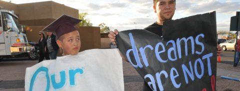 Estudiantes latinos promueven campaña para retirar policías de escuelas