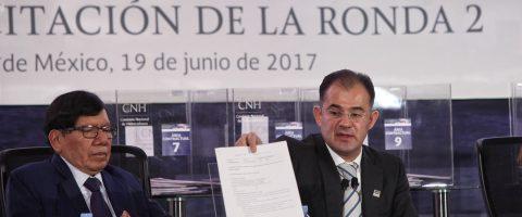 """México celebra """"satisfactoria"""" licitación que encara precios bajos del crudo"""