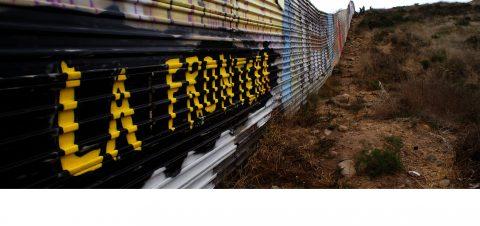 Artista mexicano le pinta cara de paz a la valla fronteriza de Estados Unidos