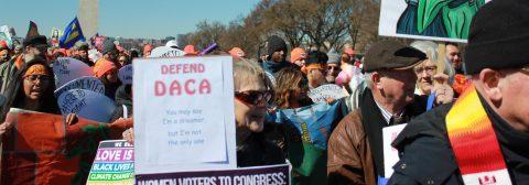 """Un juez federal ordena a Trump reactivar DACA y aceptar nuevos """"soñadores"""""""