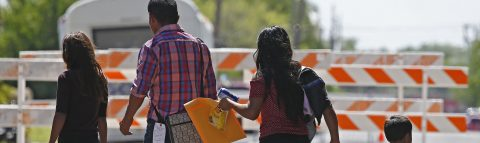 La Justicia de EE.UU. ordena reunificar en 30 días a los menores migrantes separados de sus padres