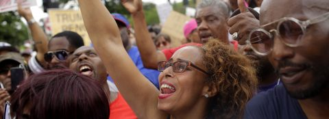 Afroamericanos protestan en vecindarios pudientes contra la violencia