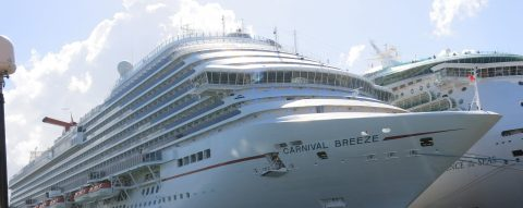 Nueva bandera de Puerto Rico recibe a los turistas de cruceros