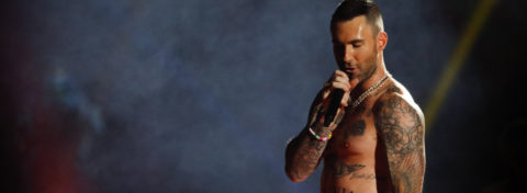 Documentan quejas sobre el semidesnudo del cantante Levine en el Super Bowl