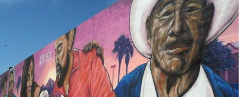 Honran memoria de César Chávez con mural que retrata a familia hispana