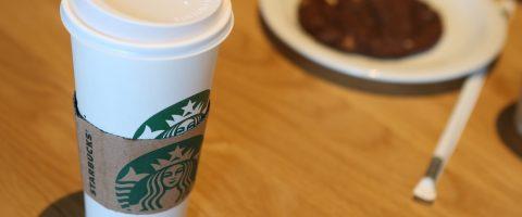 """El vaso de café que se coló en """"Juego de Tronos"""", chisme del día en internet"""