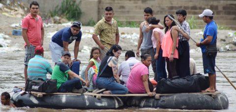 Frontera sur de México aún espera a la Guardia Nacional para frenar migrantes