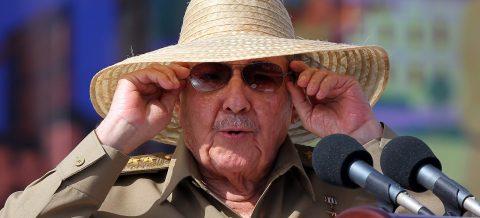 Grupo del exilio cubano recoge firmas para juzgar a Raúl Castro