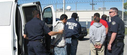 """Trump: """"Cuando la gente entra ilegalmente a nuestro país, será ¡DEPORTADA!"""""""