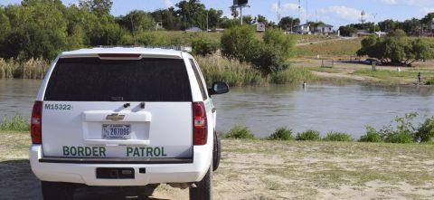 Hallan muertos a tres niños y una mujer en EE.UU. cerca de la frontera con México
