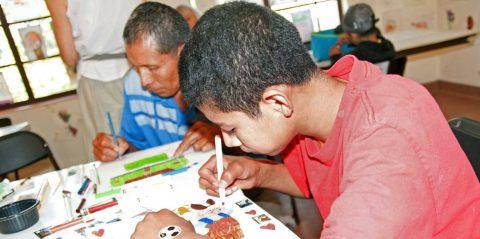 El miedo y la esperanza se hacen dibujo en manos de niños migrantes