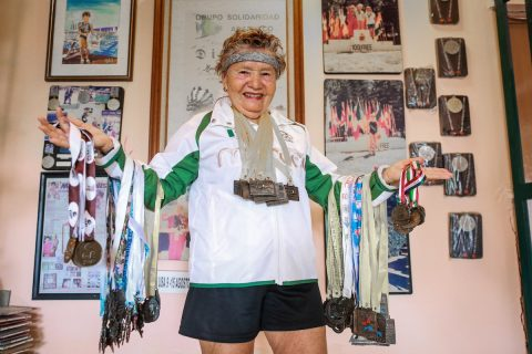 """""""Sirena Acapulqueña"""", de 82 años, la mujer con más récords de nado en México"""