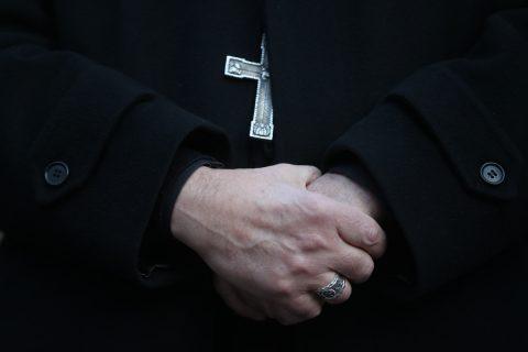 Iglesia en Nueva York denuncia a aseguradoras para que paguen demandas de abuso