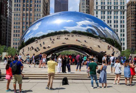 Pandilleros presuntamente latinos pintan grafiti en el principal icono turístico de Chicago