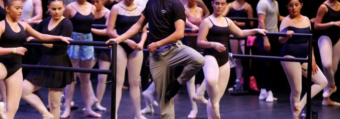 El mexicano Isaac Hernández comparte su experiencia con jóvenes bailarines