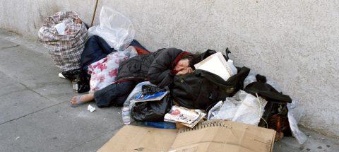 Indigentes demandan a Los Ángeles por tirar sus pertenencias a la basura