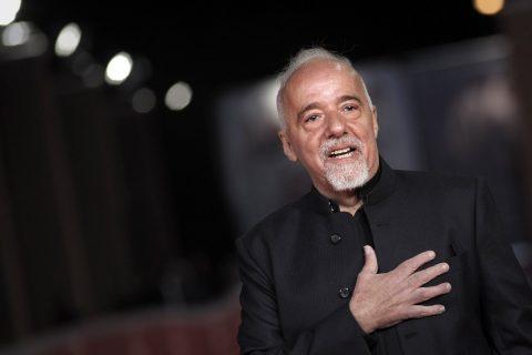 """Paulo Coelho pide perdón a los franceses por la """"histeria"""" de Bolsonaro"""