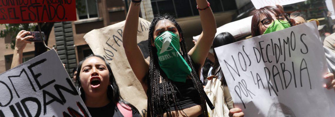 Mujeres protestan por agresiones de policías en Ciudad de México