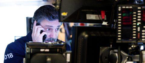 Wall Street cierra con fuertes pérdidas y el Dow Jones cae 800 puntos