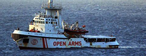 El Open Arms pide evacuar a los 147 inmigrantes, 9 con carácter urgente