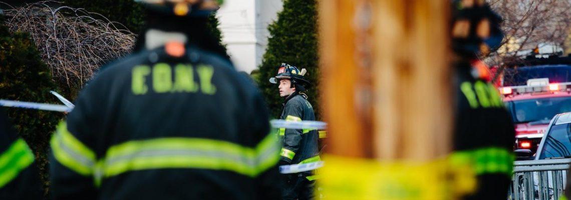 Dos muertos y un desaparecido al caer un avión sobre casa en Nueva York