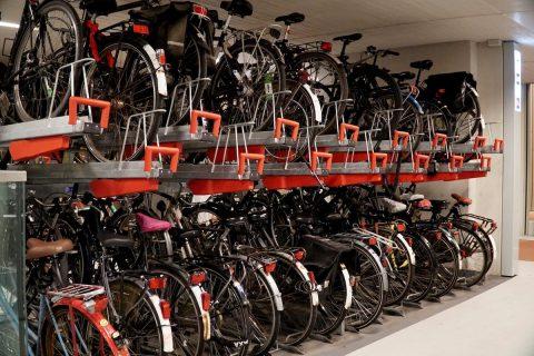 Holanda, secuestrada por ciclistas, estrena el mayor parking mundial de bicis