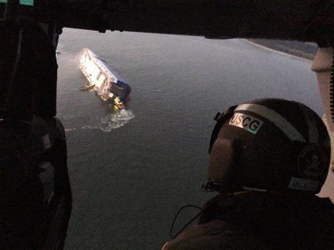 Buscan a cuatro tripulantes de buque carga que volcó en costa de Georgia