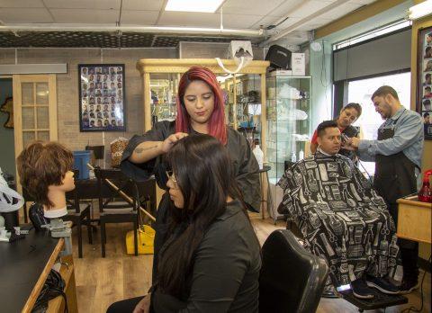 Peluqueros de Nueva York ayudan a mejorar la salud mental de comunidad latina