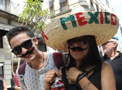 Mexicanos celebran verbenas al iniciar las Fiestas de Independencia