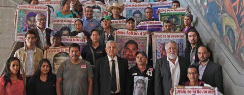 Padres de Ayotzinapa reprochan la liberación de 24 acusados