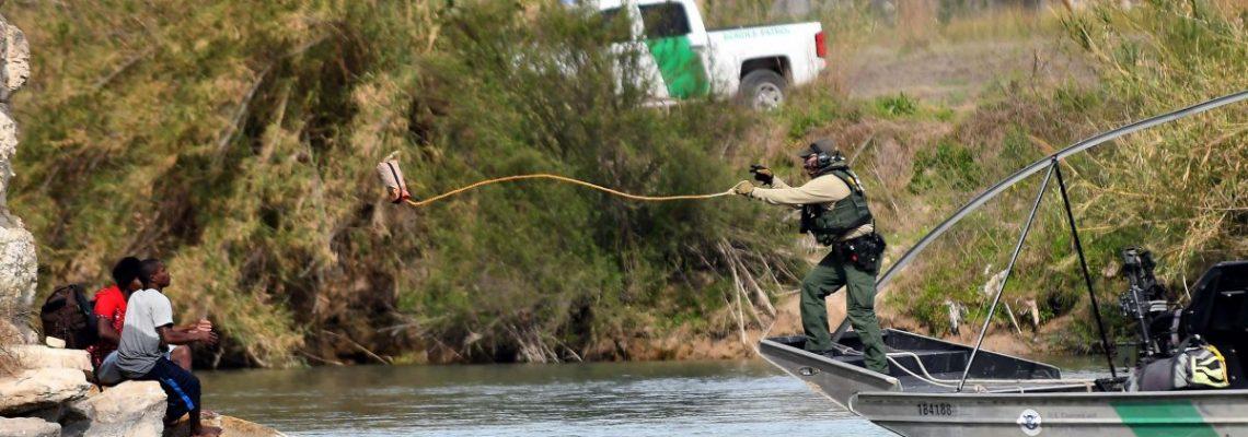 Madre inmigrante y su pequeño hijo mueren ahogados en frontera con México