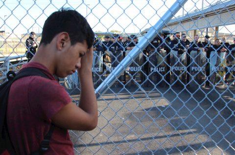 Migrantes bloquean puente internacional de mexicana Matamoros y Brownsville