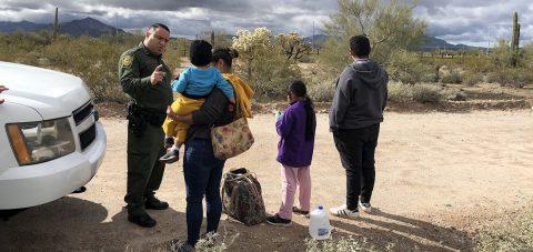 Familias superan el 50 % de inmigrantes detenidos en frontera con México