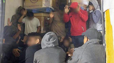La Patrulla Fronteriza descubre a 30 migrantes en un camión en Arizona