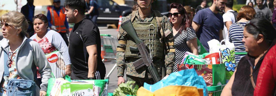 El miedo a nuevos saqueos agolpa a la gente en los supermercados de Santiago
