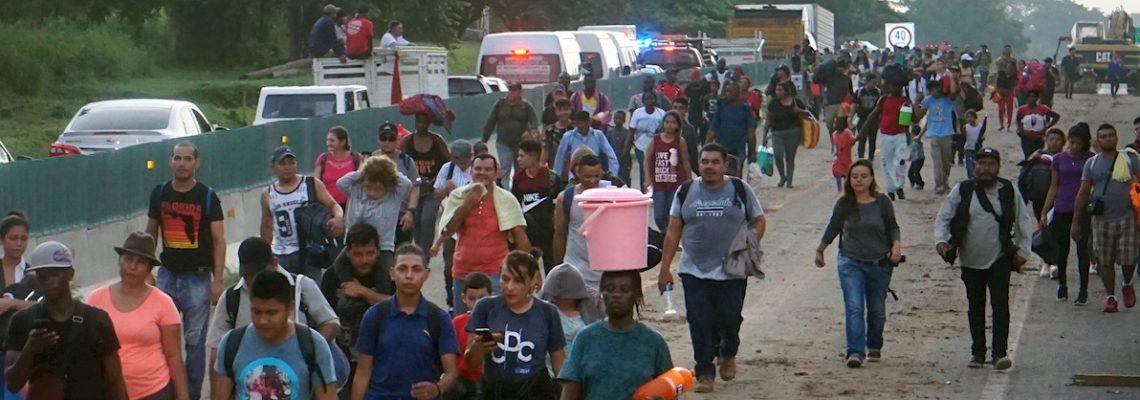 Nueva caravana migrante avanza bajo estrecha vigilancia de fuerzas mexicanas