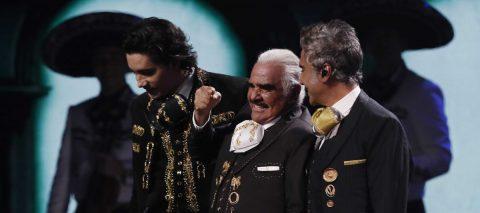 Vicente, Alejandro y Alex Fernández se reúnen y emocionan en los Latin Grammy
