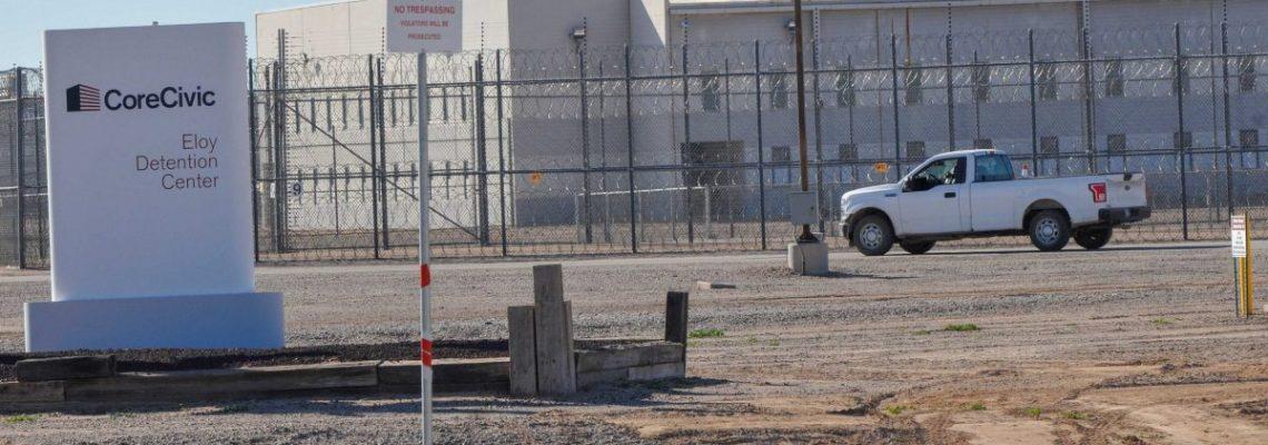 """Informe desnuda """"denigrante"""" centro de detención de inmigrantes en Arizona"""