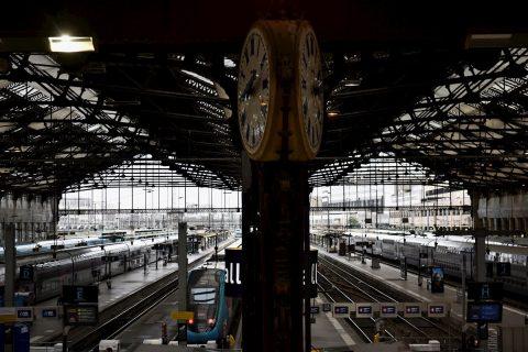Prosiguen las protestas en transporte de París por reforma de las pensiones