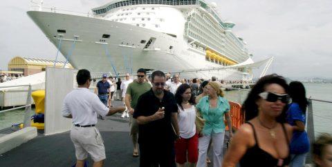 Padres de niña que sufrió caída mortal en crucero demandan a la compañía