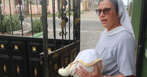 """""""Cuna de vida"""", una esperanza para los bebés abandonados en Ecuador"""