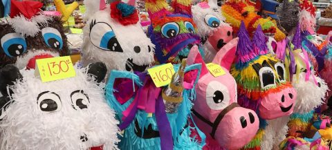 Vendedores de piñatas luchan por mantener tradición de las posadas en México
