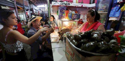 El nacatamal, comida tradicional y opción económica de los hondureños en Navidad
