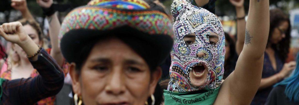 """La coreografía feminista """"Un violador en tu camino"""" se extiende por Perú"""