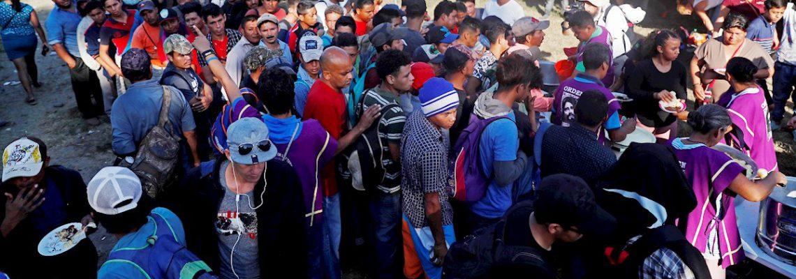 Caravana migrante aguarda en campamentos en la frontera para cruzar a México
