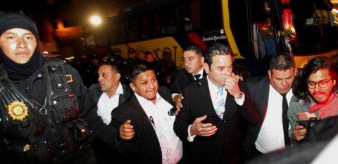 Manifestantes agreden y corren al expresidente de Guatemala Jimmy Morales