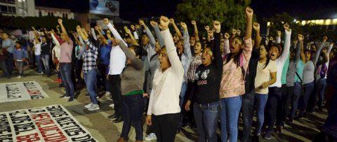 Policías mexicanos desalojan a los padres de los 43 de Ayotzinapa en Chiapas