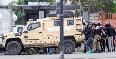 Policías y militares de Haití convierten la capital en una zona de guerra