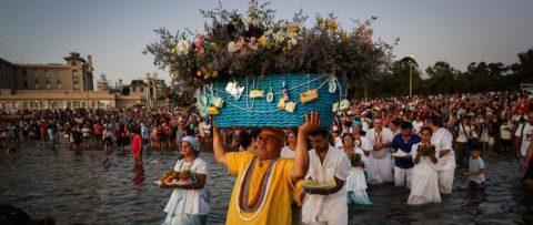 Iemanjá, la diosa que llena de ofrendas las playas uruguayas
